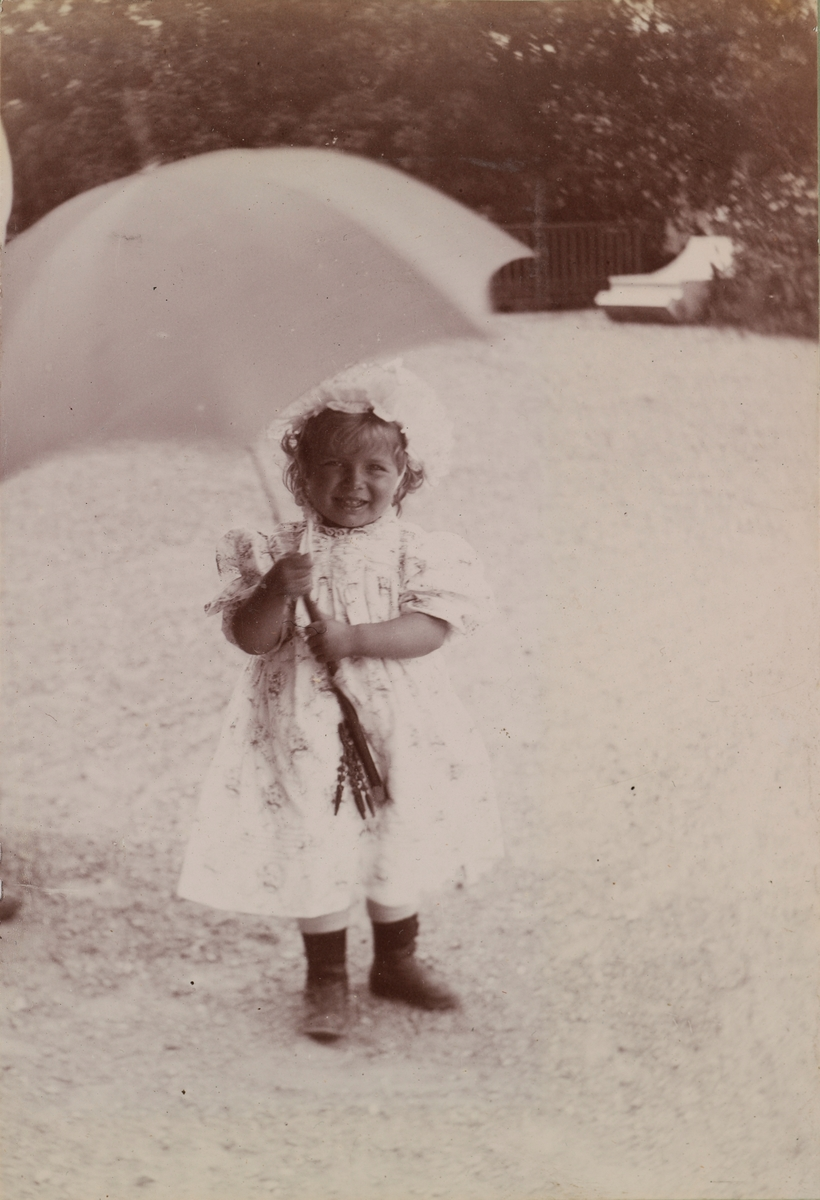 Tinken Mathiesen med paraply.
