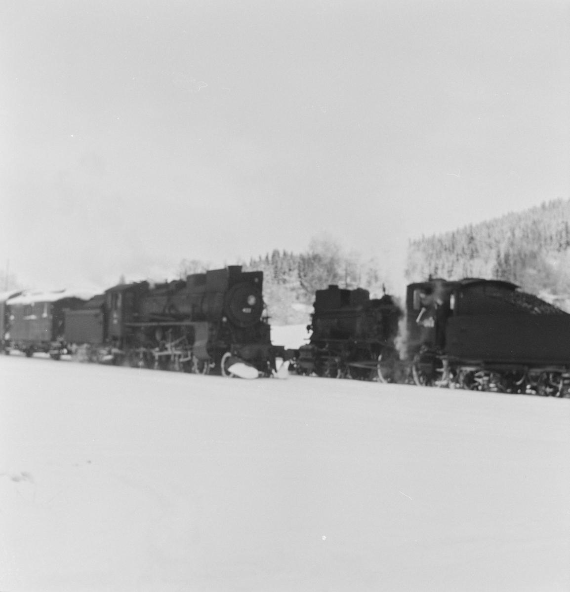 Kryssing mellom godstogene 5081/5082 på Solørbanen Togene trekkes av damplokomotiv 26c nr, 433 og 27a nr. 234.
