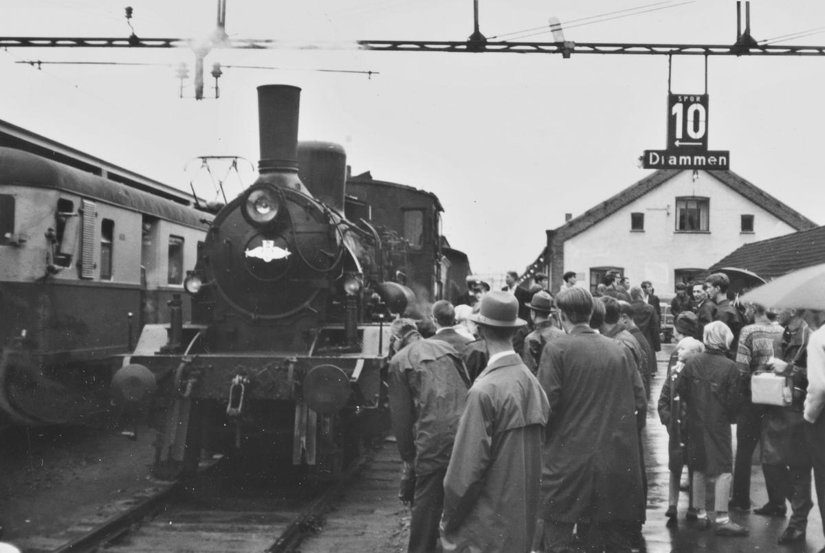 A/L Hølandsbanens veterantog til Krøderen står klart til avgang fra Drammen stasjon. Toget trekkes av damplokomotiv 18c 245.
