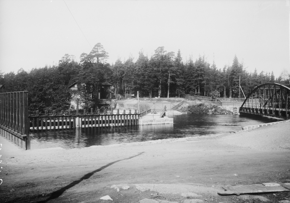 Fotografi för produktion av vykort. Landsvägsbron och dammen i Degerfors.