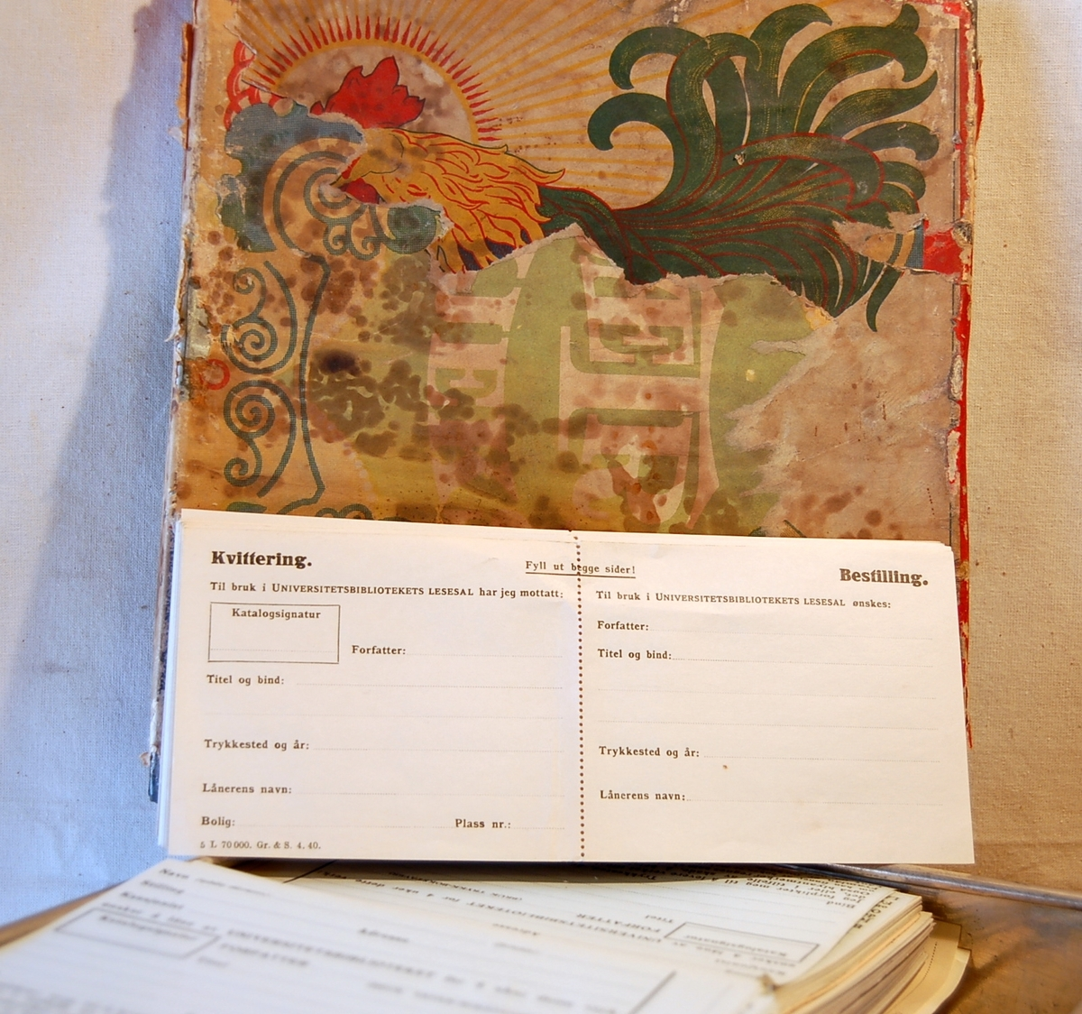 Filosofen Peter Wessel Zapffe og hans kone Berit testamenterte sin eiendom på Båstad i Asker til Universitetet i Oslo. Da det ble besluttet å selge eiendommen i 2009 ble deler av P.W. Zapffes arbeidsrom og andre eiendeler overlatt til Asker Museum. Denne samlingen inngår nå som en permanent utstilling på museet. Sætre kjeksboks med delvis avrevet papirtrekk. Esken inneholder blanke og utfylte bestillings- og utlånskvitteringer fra flere bibliotek.