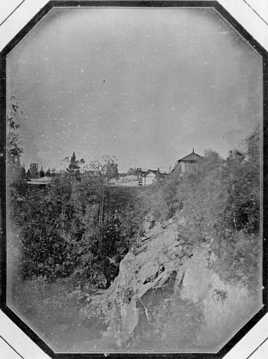 Daguerreotyp. Bilden tagen mot sydost från Sunds schakt vid Herr Stens Botten. I förgrunden Latortssckaktet, i bakgrunden Trapprymningen och lave över Torgschaktet. Inga av byggnaderna på bilden äro bevarade.