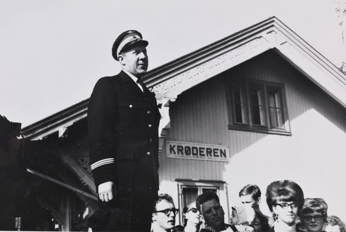 A/L Hølandsbanens veterantog på Krøderen stasjon. Stasjonsmester Kaare Waaler taler til de reisende.