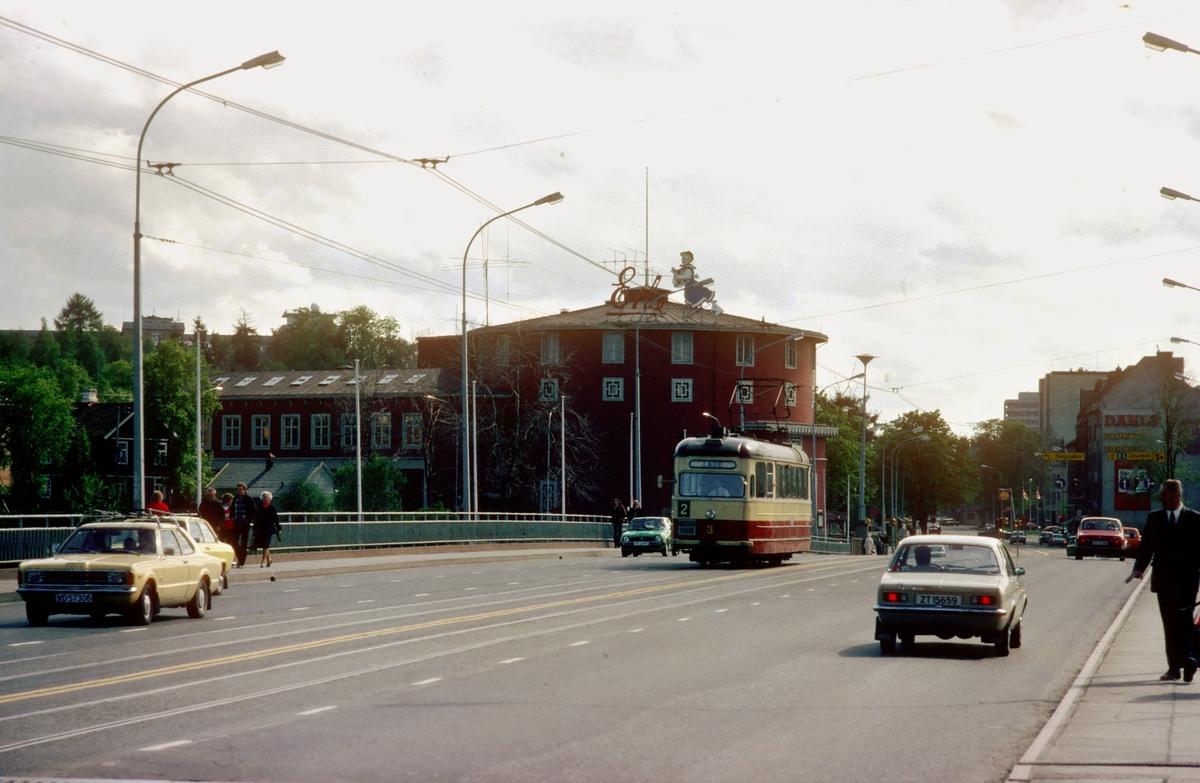 Elgeseter bro og studentersamfundet, med vogn nr. 3 til Trondheim trafikkselskap.