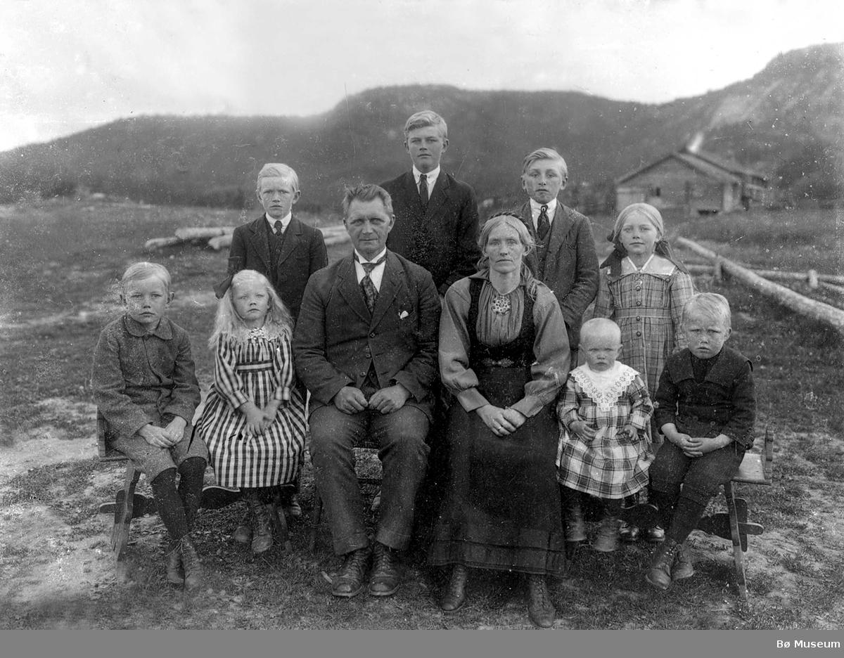 Torgrim S. og Kari H. Espedalen fotografert i friluft med åtte barn.
