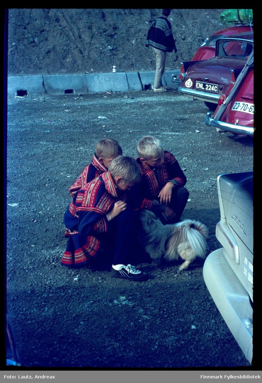 Lyngen i 1968. Vente på ferga over Lyngenfjorden.