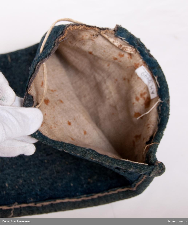 Fodralet är gjort av blågrönt ylle med en läderskoning som är 170 mm hög längst upp. Ovanför läderskoningen sitter en tofs av rött ylle. Tofsen är 110 mm hög. Fodralet har en söm längs längs ena sidan. Sömmen har en skoning. Fodralet är till sin form något strutaktig. Fodralet har två foder: ett blått och ett ljust linne. Skoning sitter längs nederkanten. En läderrem sitter fäst längs nederkanten i hål som ej är skodda.
