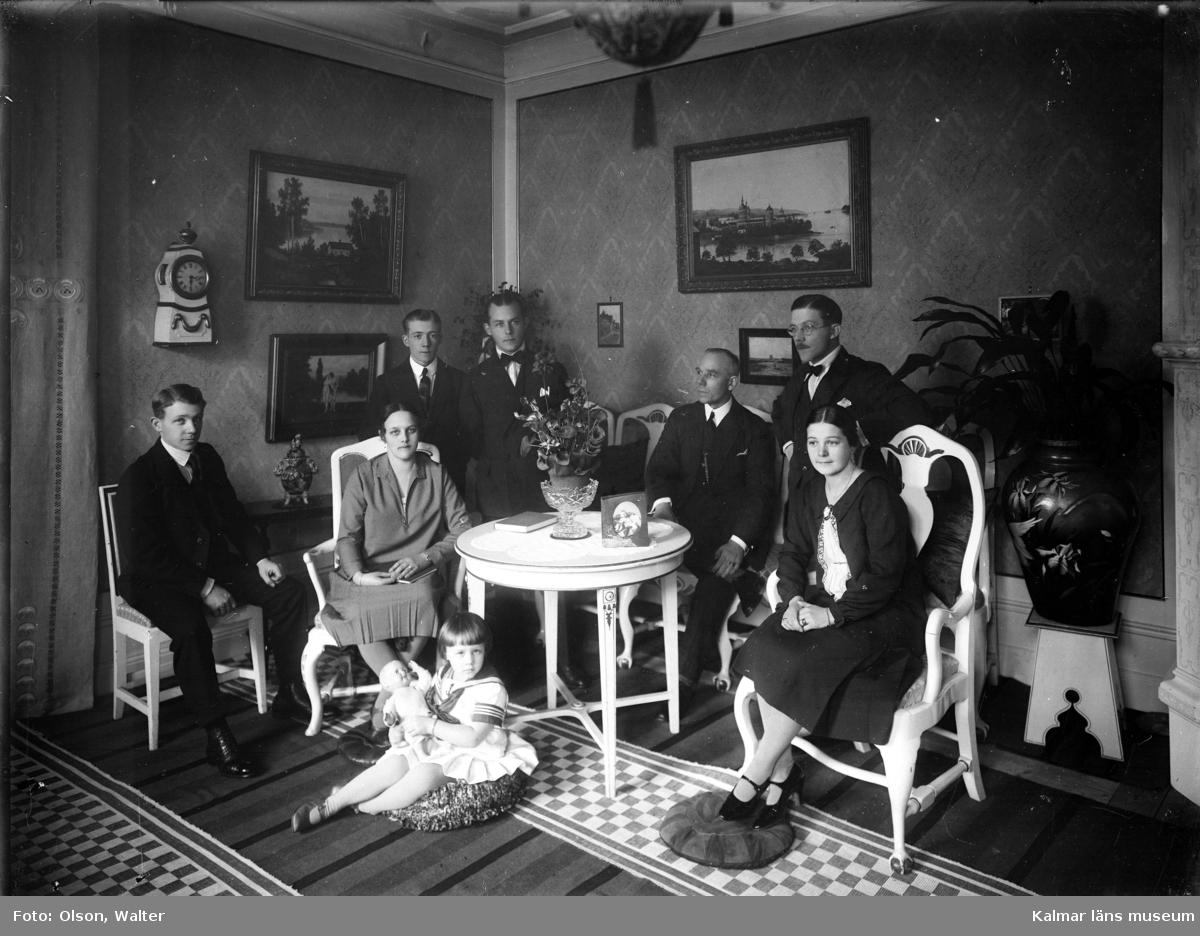 Bilden är tagen i Anna och Alva Winells atelje. Walter Olsson övertog systrarnas atelje 1928 och drev den sedan till 1968.