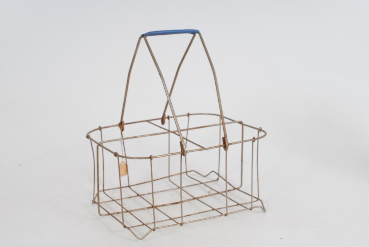 Form: På midten utskåret enhalvsirkel for  *23 tilpasning til nakken. I hver ende av åket er innslått en krampe. Til denne er festet en tynn jernstang, bøyd til en krok nederst. Kjøkken, husmannsplass.