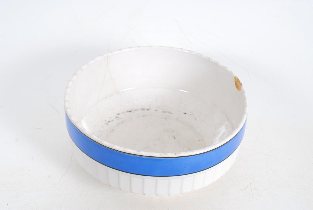 """Utv. kant oppe dekorert m/flatt, blått """"bånd""""."""