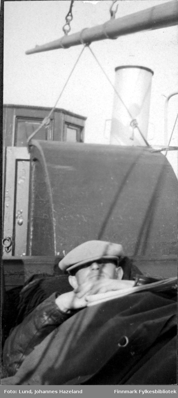 Sovende mann på dekket til doktorbåten 'Hygea'