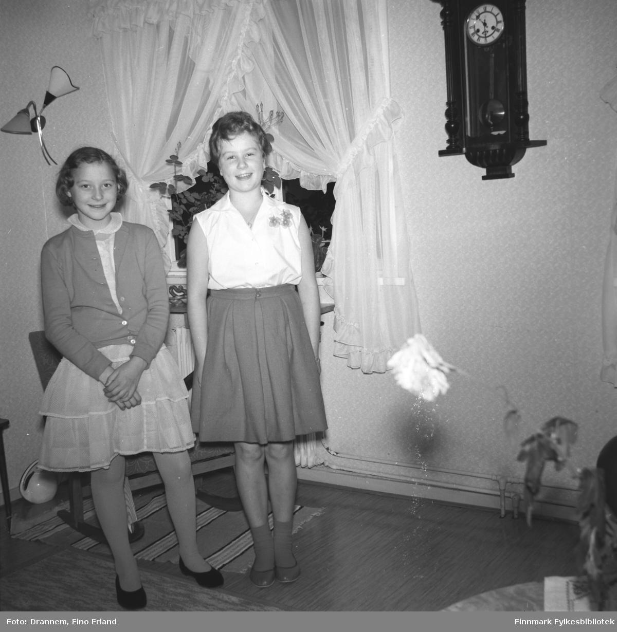 Ragnhild og Turid poserer for fotografen i stua hos familien Drannem.