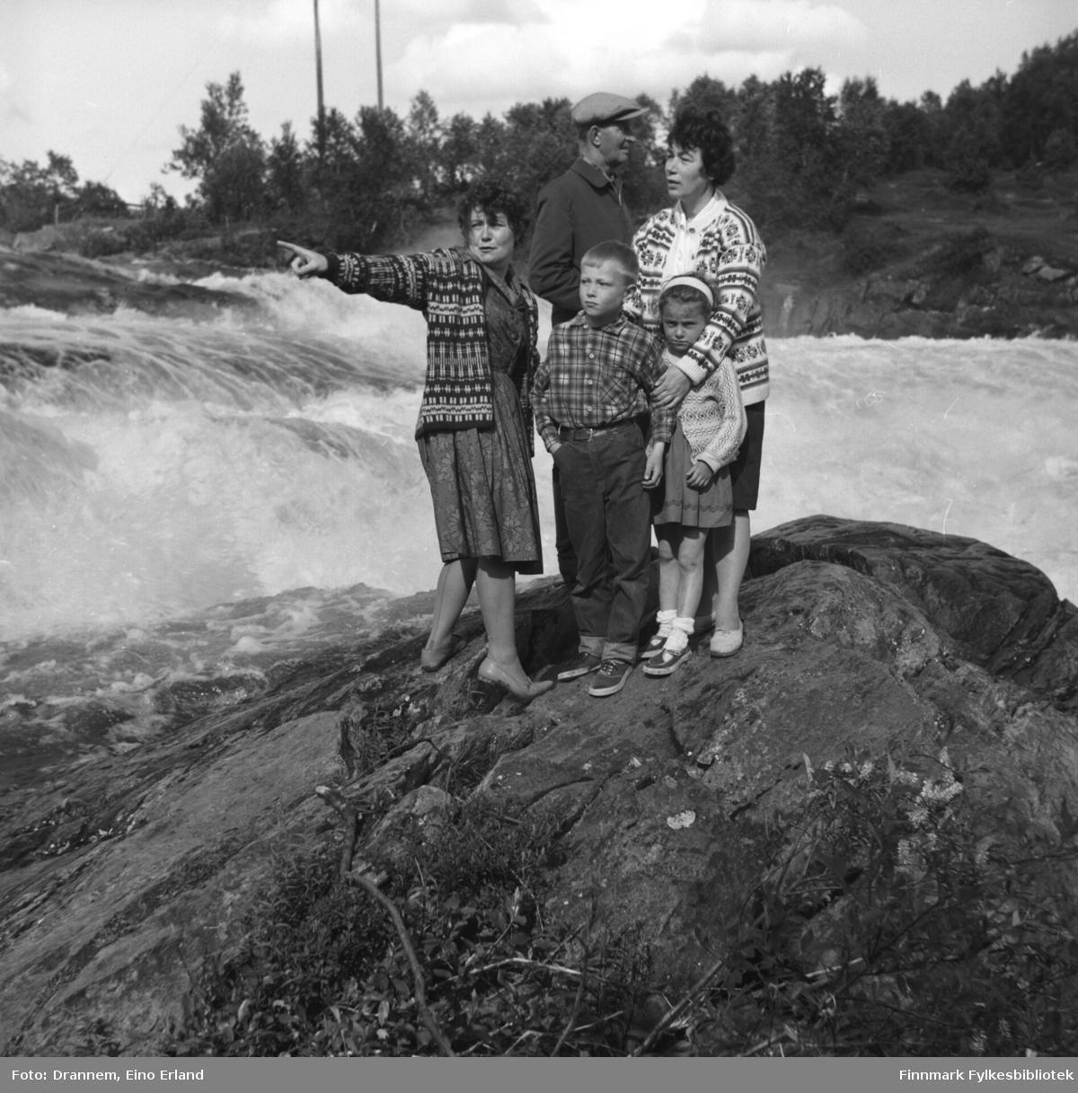Fem personer står ved fossen i Neiden. De voksne er fra venstre: Sonja Lappalainen, Uuno Lappalainen og Jenny Drannem. De to barna er Ole og Kari Gabrielsen.