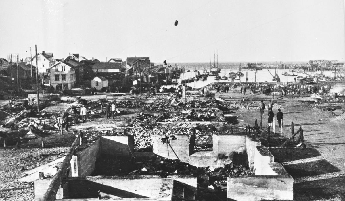 Bildet viser branntomtene inne i 'været' etter brannen i 1928.