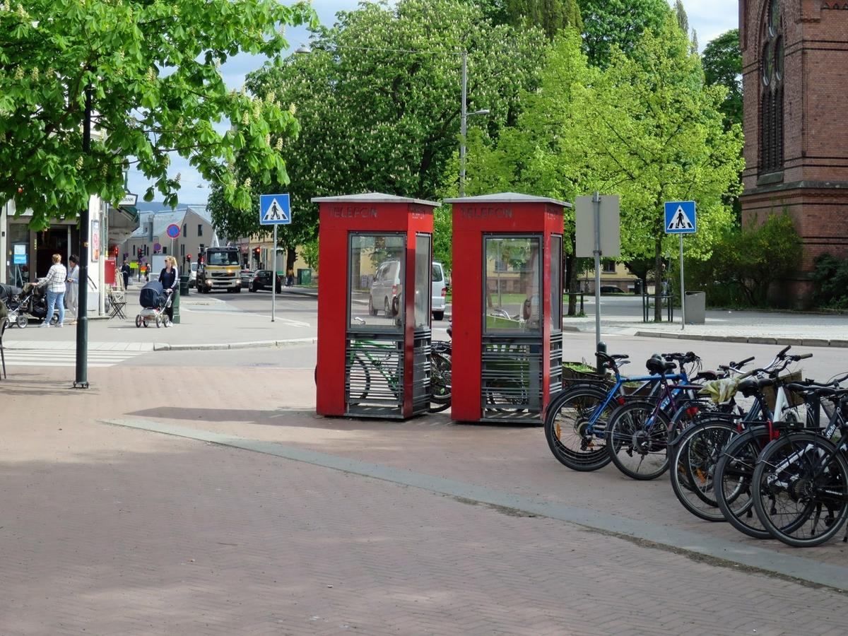Disse telefonkioskene ligger på hjørnet Arendalsgata/Kristiansands gate overfor Sagene kirke. De røde telefonkioskene ble laget av hovedverkstedet til Telenor (Telegrafverket, Televerket) Målene er så å si uforandret.  Vi har dessverre ikke hatt kapasitet til å gjøre grundige mål av hver enkelt kiosk som er vernet.  Blant annet er vekten og høyden på døra endret fra tegningene til hovedverkstedet fra 1933. Målene fra 1933 var: Høyde 2500 mm + sokkel på ca 70 mm Grunnflate 1000x1000 mm. Vekt 850 kg. Mange av oss har minner knyttet til den lille røde bygningen. Historien om telefonkiosken er på mange måter historien om oss.  Derfor ble 100 av de røde telefonkioskene rundt om i landet vernet i 1997. Dette er en av dem.