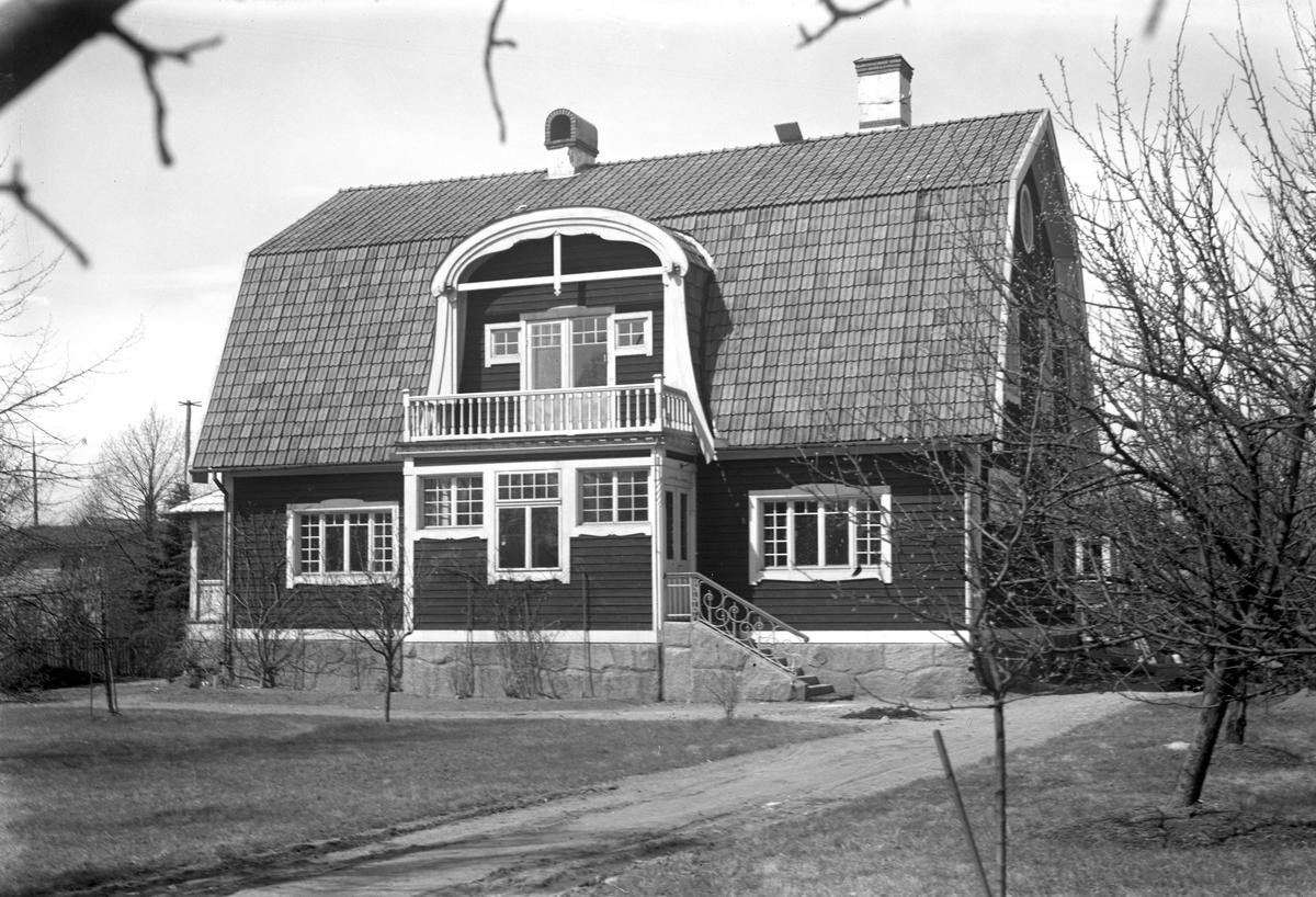 Bankdirektör Österbergs ännu kvarstående villa på Strand på ett foto från början av 1930-talet. Utförlig information om husets ägare m m finns i kommentarsfältet.