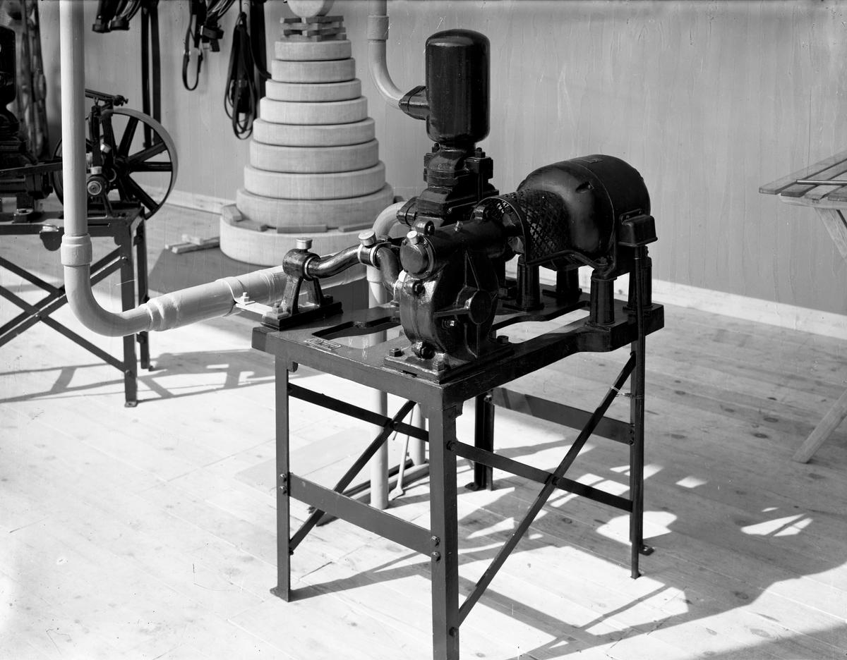 Bild från Vermlandsutställningen i Klara år 1929. Pump från Väse smidesfabrik.