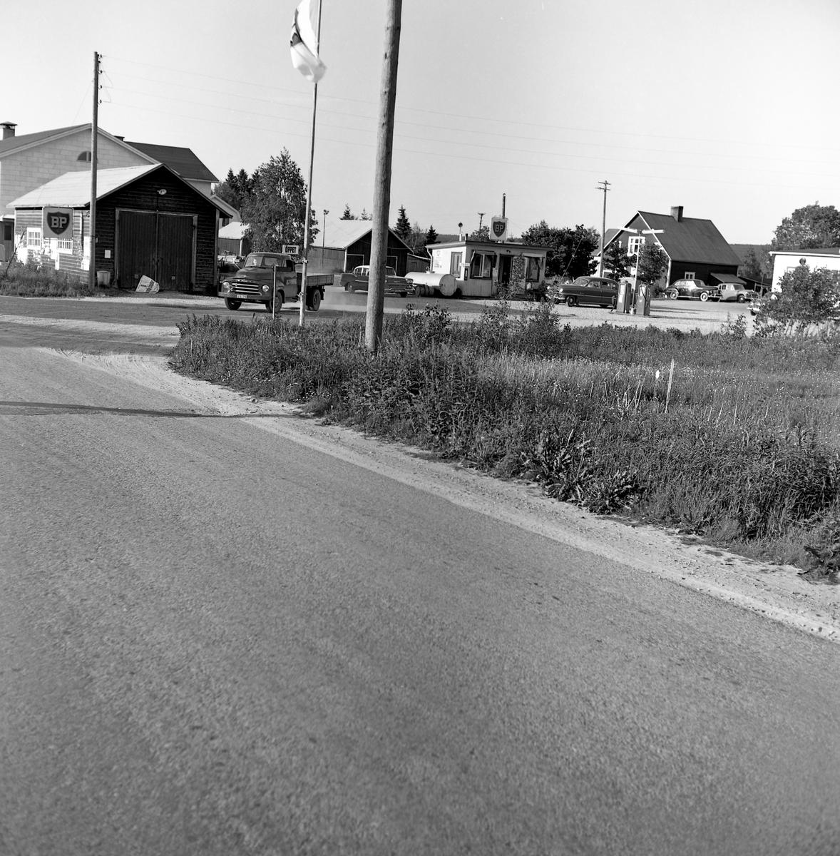 Någonstans i Värmland - från slutet av 1950-talet: Ekshärad. Lämna gärna en kommentar om du vet något om bilden.