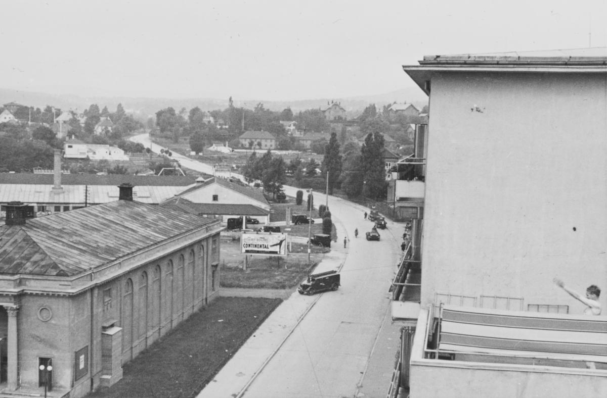 Majorstuen stasjon på Holmenkolbanen. Tyske tanks er  på vei oppover Sørkedalsveien