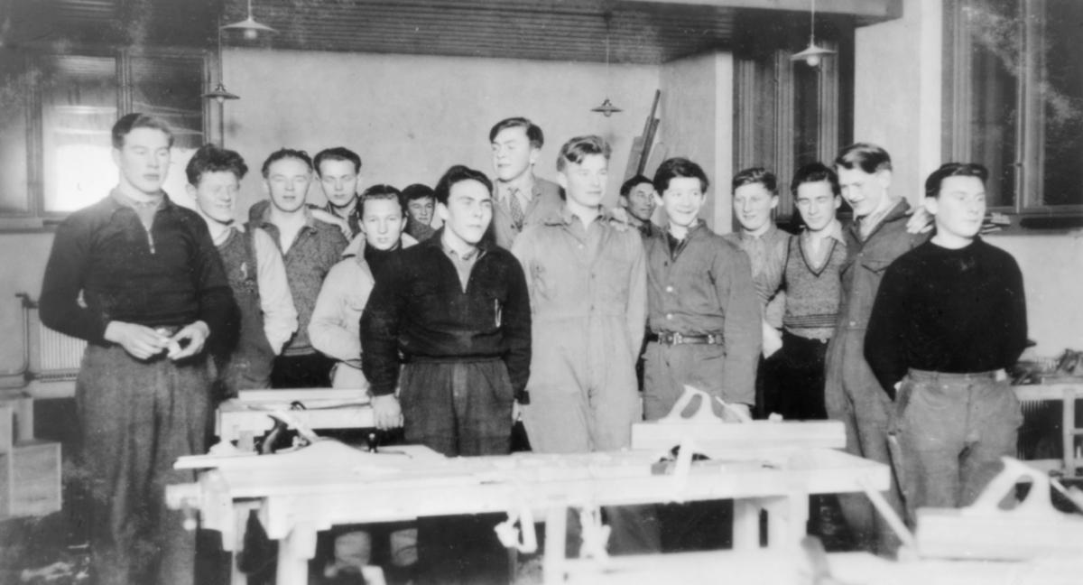 Svanvik Ungdomsskole, 1936-1937. Lærer og gutter fotografert i sløydsalen.