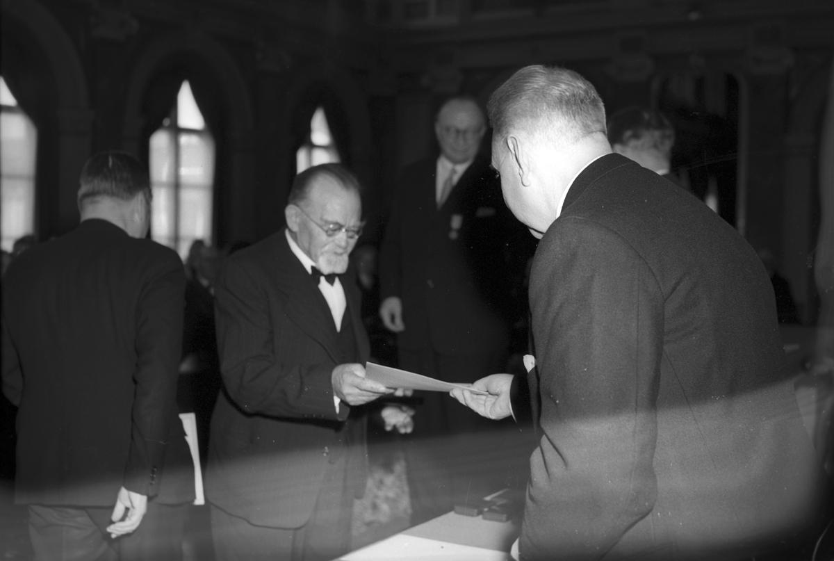 Stadsfullmäktige medaljutdelning. 1948. Första sammanträdet i nya lokaler på stadshuset. Reportage för olika tidningar.