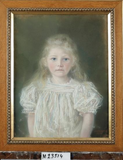 Pastellmålning. Porträtt av Siri Ekedahls dotter Elisabeth (1895-1980).  Flicka, klädd i smalrandig klänning i vitt, blått och rött.