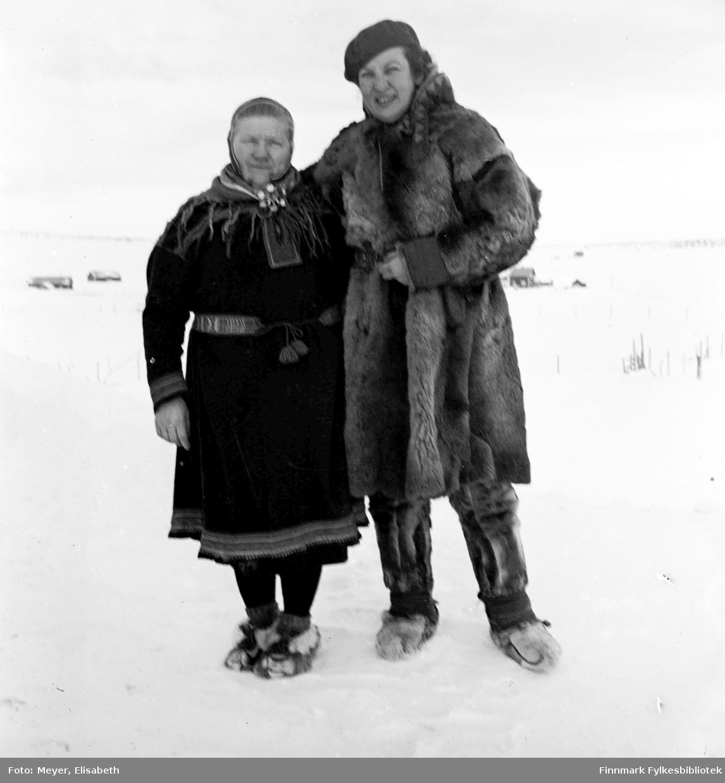 Berit Nilsdatter Hætta fotografert sammen med Elisabeth Meyer i Kautokeino i 1939-1940.