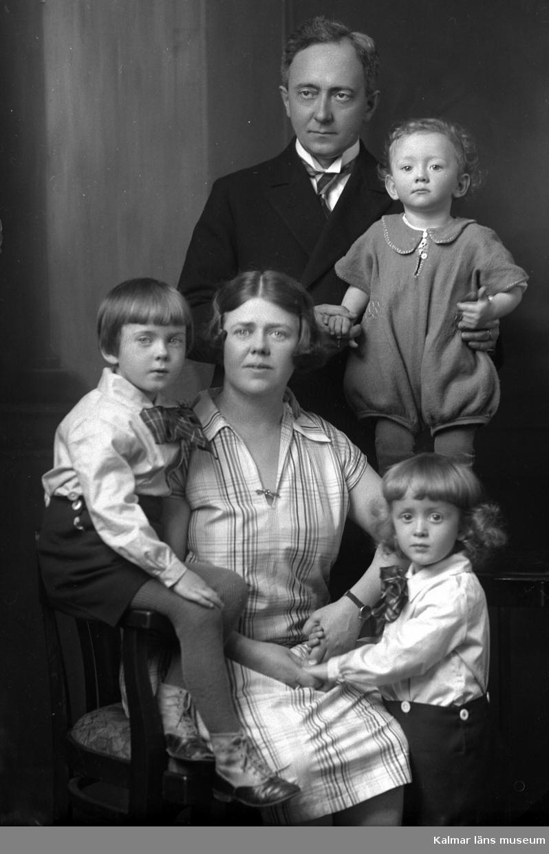 Ateljébild. Enligt Walter Olsons journal är bilden beställd av doktor Rahlén. Kalmar läns museum känner inte till om doktorn är avporträtterad.