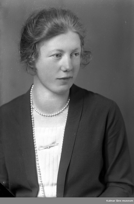 Porträtt av fröken Ester Pettersson ifrån Gökalund.
