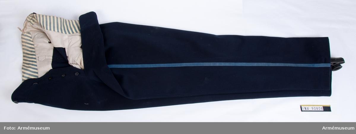 Grupp C:I. Ur uniform bestående av: hjälm m/1885, plym, vapenrock, epåletter, långbyxor, skärp, sabel med balja D 7656, portepé m/1797, livrem med sabelhållare.