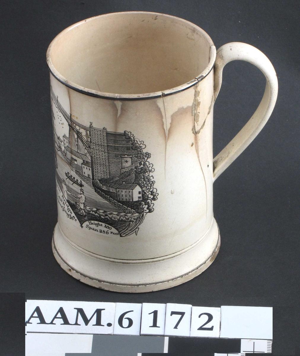 """""""The Iron Bridge at Sunderland,""""  (broen påbegynt 1793 åpnet 1796). og skulptert padde  innvendig,  """"Frog Mug""""."""