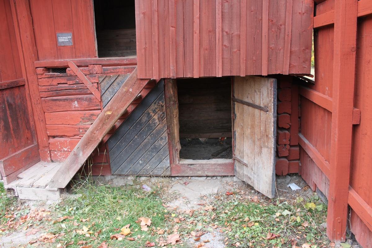 Kombinerad svinstia och avträde placerad på hörnstenar. Nederdelens stomme består av liggande timmer med utknutar. Utrymmets enda rum användes som svinhus. Två svartmålade plankdörrar med diagonallagd panel och låshasp leder in till utrymmet. Övre partiet består av ett ramverk i trä klätt med stående plank. En öppen trätrappa leder upp till denna våning. Fasaderna är delvis panelade med locklistpanel. Halva  södra fasaden upptas av en svale. Denna är sluten och byggd av stående plank med locklist. Innanför två plankdörrar med kammarlås finns de fyra avträdena uppdelade på två utrymmen. Avträdena skjuter ut över den norra fasaden. Golven består av breda, obehandlade plankor. Sadeltaket är belagt med enkupigt tegel på ett undertak av brädor. Vindskivor samt vatt- och nockbrädor är av trä.