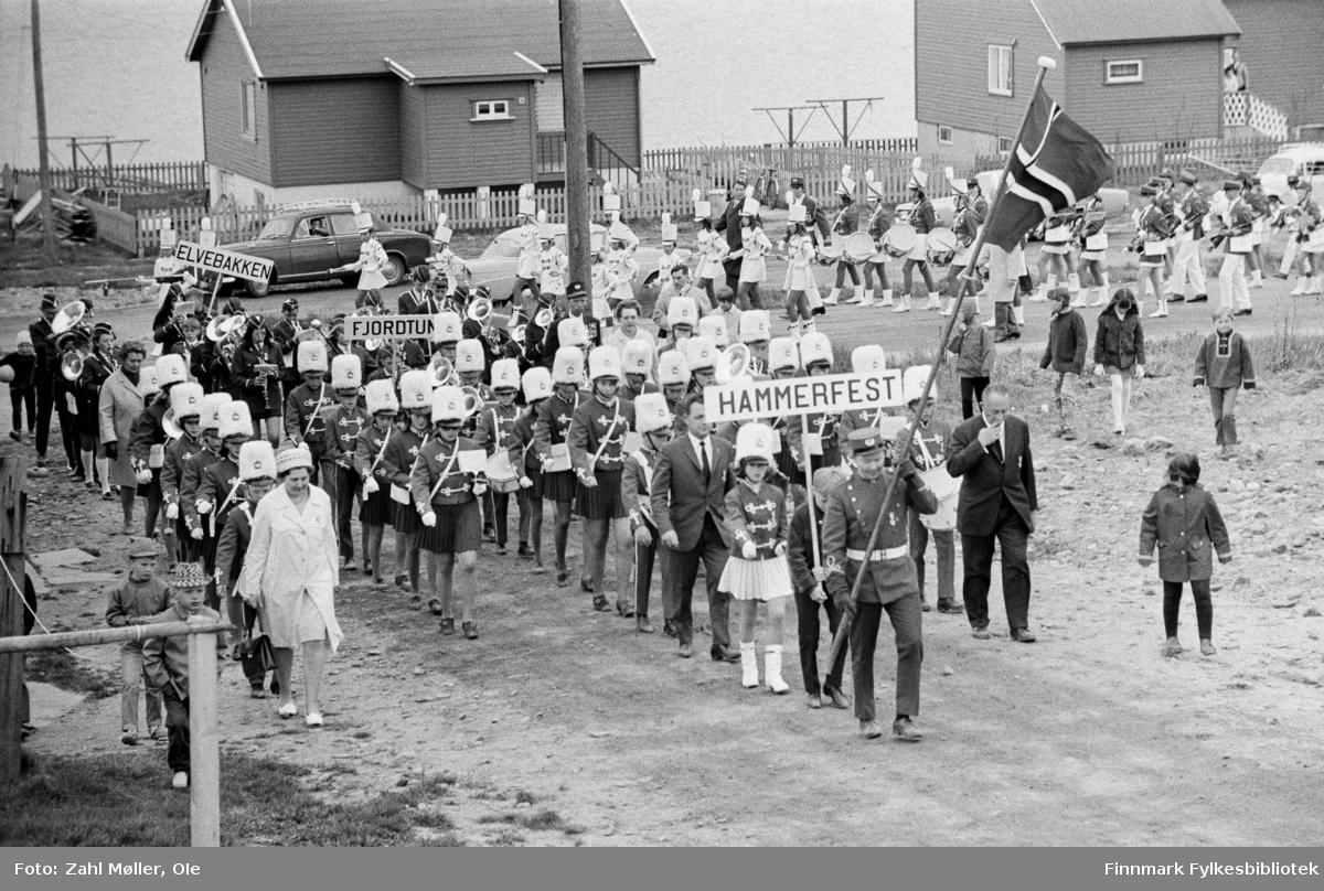 Fotografier fra Vadsø, juli 1969. Serie bilder av skolemusikkorps som paraderer i gatene.  Sangen og Musikkens dag i Vadsø 17.5.1968.