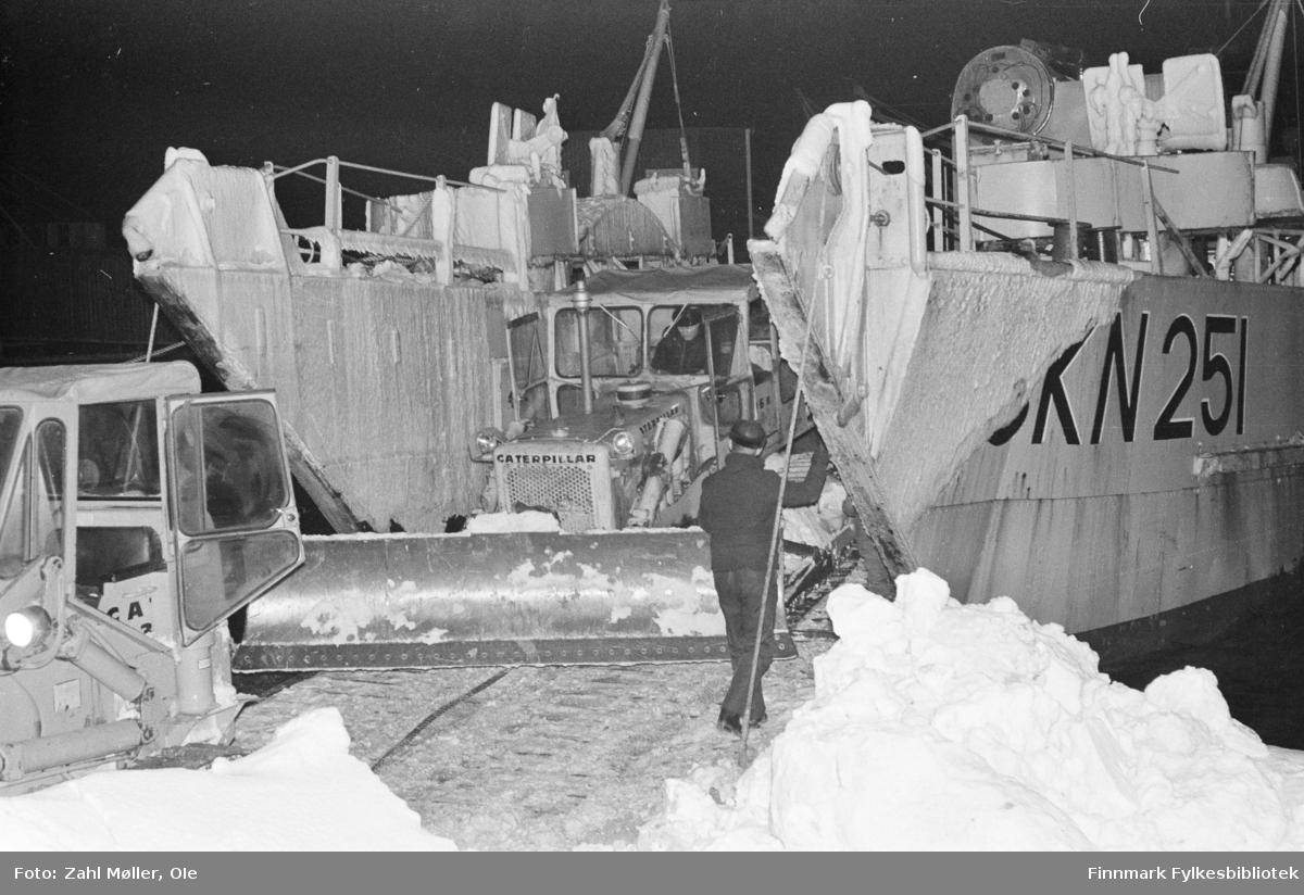 Serie bilder fotografert i Vadsø 1968-69. Landgangspram.