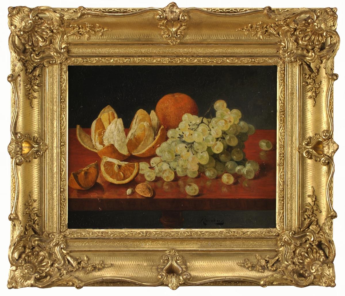 Stilleben med vindruvsklase, en hel apelsin och en apelsin skuren i klyftor samt en mandel oskalad, på ett rödbrunt bord, svart bakgrund.