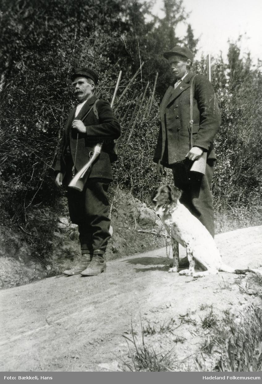To menn med hund på fuglejakt. Til venstre Anders Bekkelund. Olaf Bækkeli med hund.