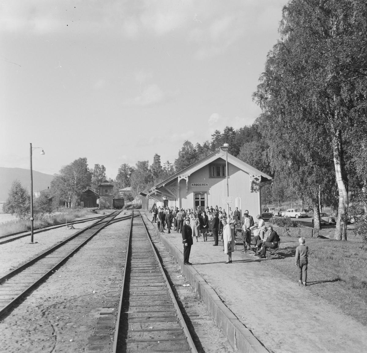 Utsikt mot Krøderen stasjon fra A/L Hølandsbanens veterantog. Mange fremmøtte på stasjonen.
