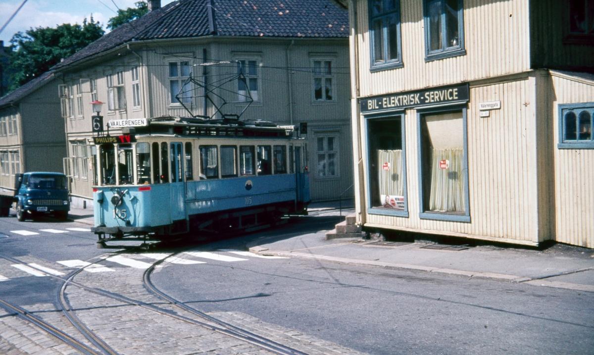 Sporvogn 105 første tur siste driftsdag rute 6. I krysset Ingeborgs gate/Vålerenggata. Sporet i Ingeborgs gate ble bare benyttet til tomkjøring. Dette var også siste dag de klassiske toakslede Kristiania-trikkene gikk i ordinær rutetrafikk i Oslo.