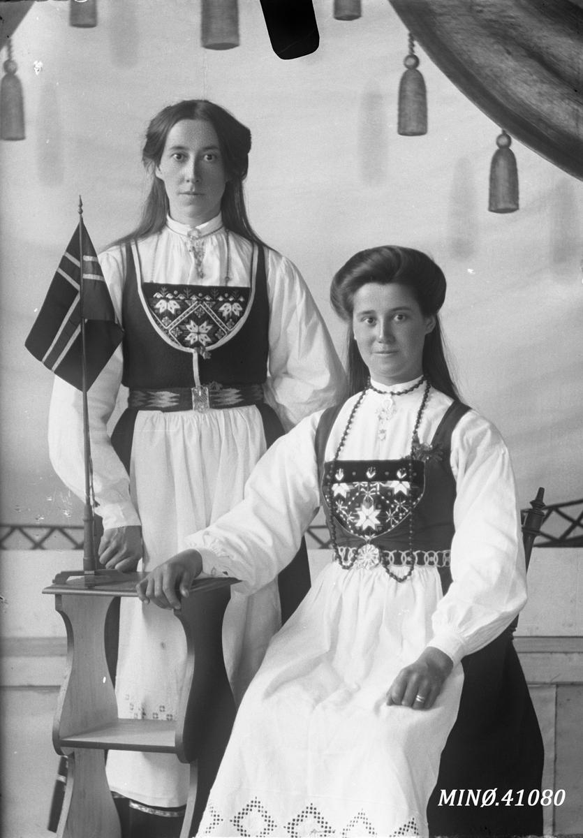 Portrett av to bunadskledde kvinner. Den ene er Marit Dalen