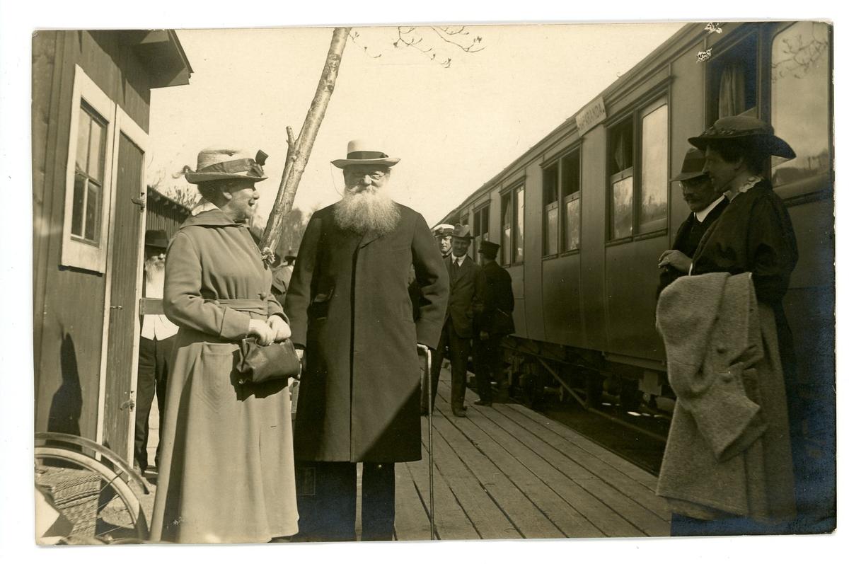 Pjotr (Peter) Kropotkin / Krapotkin vid Haparanda järnväg 1917. Postanställde Konrad Jonsson i bakgrunden i postmössa med vit skärm.
