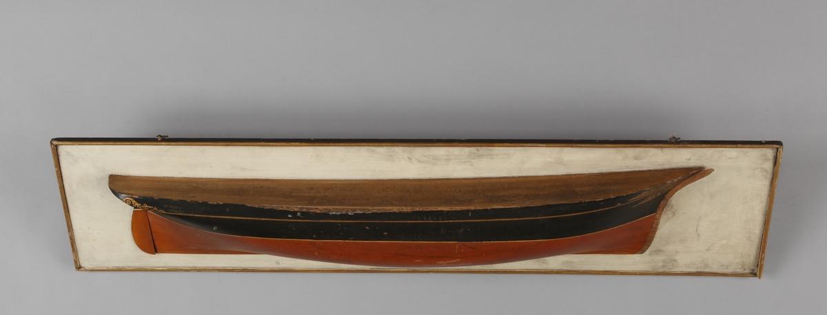 Halvmodell av DS ADOLPH montert på treplate.