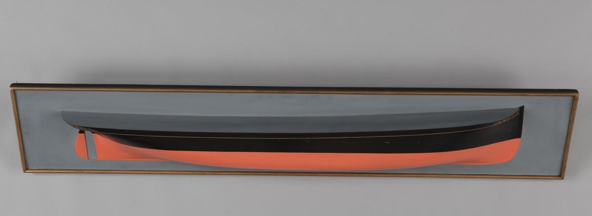 Halvmodell av DS ASK montert på treplate.