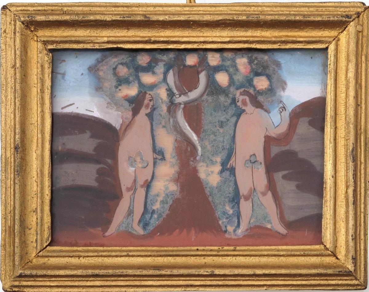Adam og Eva under kunnskapens tre. To figurer med tynn brun konturstrek, brunt hår og fikenblad. Rødbrun stamme og  mark omkring. Blågrønt tre med store epler, hvor fargen nesten er borte. Lysblå himmel.
