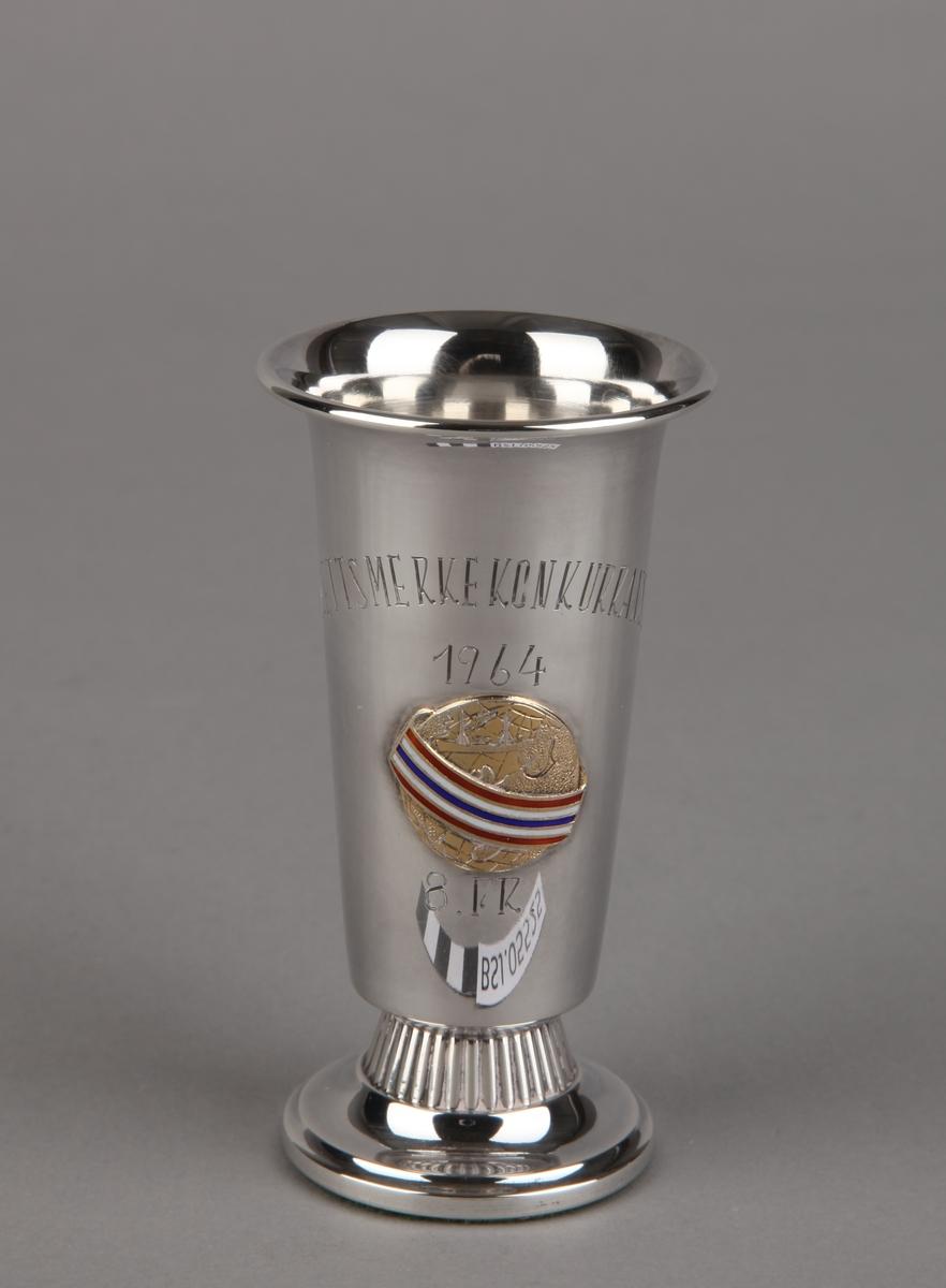 Sølvpokal fra Idrettsmerkekonkurransen i 1964, på sokkel.