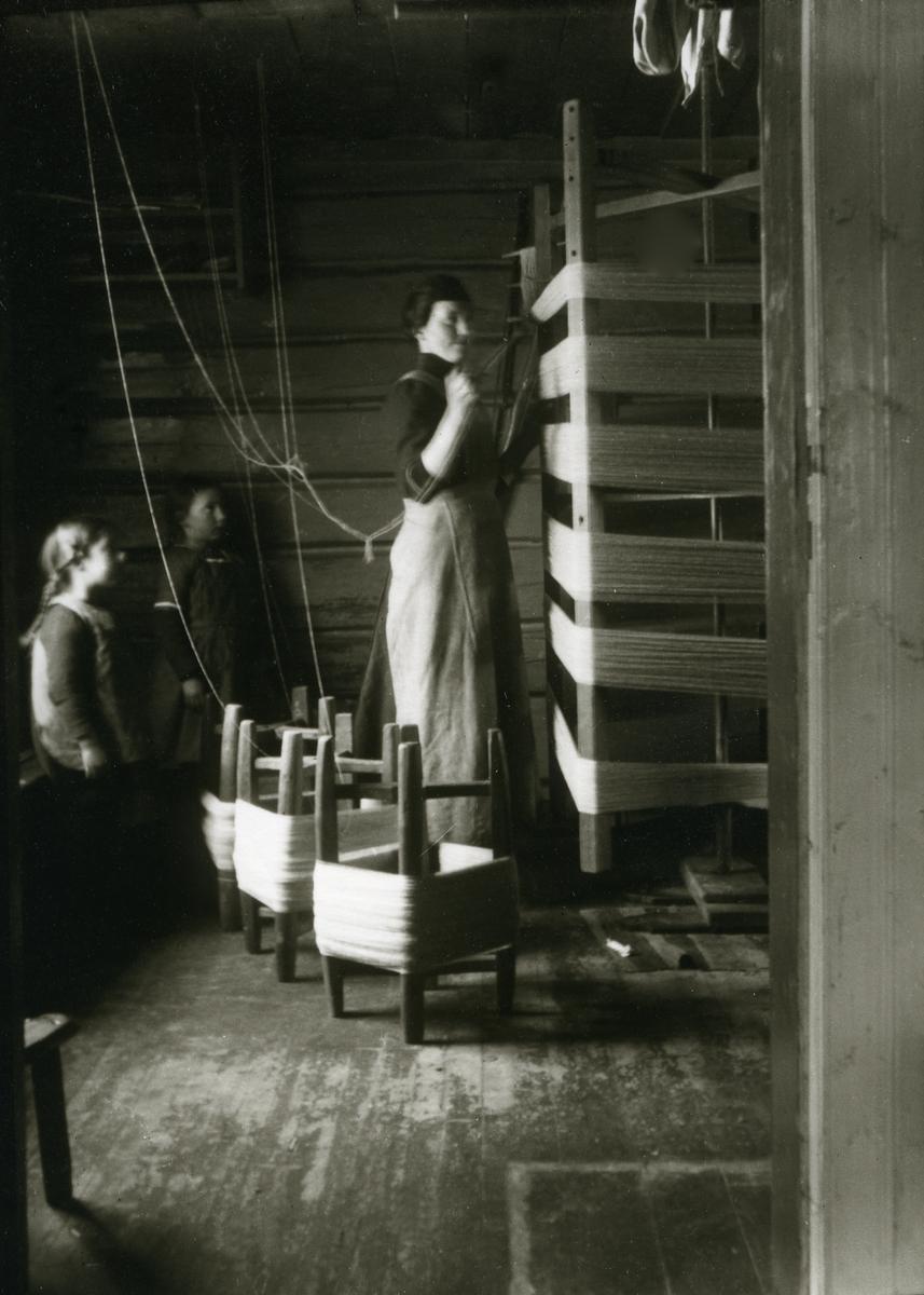 Kvinne i arbeid, Jenny Galaasen f. Landsjøaasen, Jons (2/3 1890 - 1983) To jenter ser på; Maalfrid Galaasen g. Hauge (21/2 1914) og Ingebjørg Galaasen g. Buflod, Jons (19/5 1915 - 1999) På Jons, Galåsen.