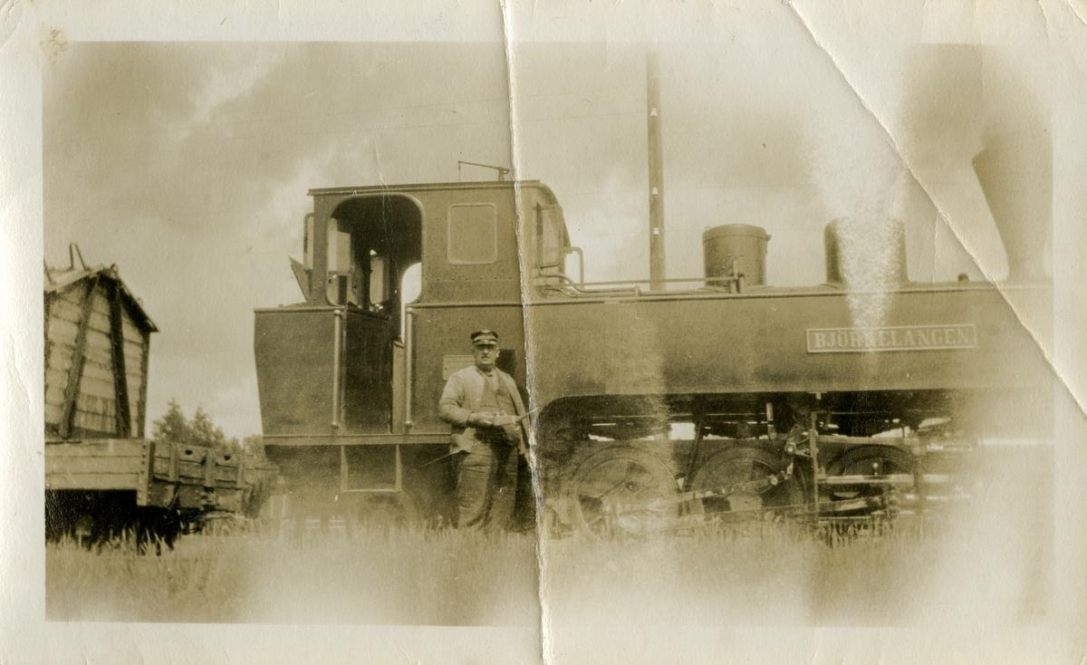 Lokomotivfører Karl Havnaas foran Urskog-Hølandsbanens damplokomotiv nr. 5 Bjørkelangen.