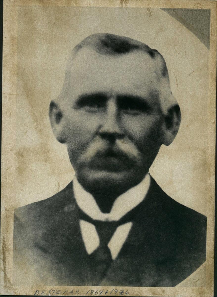 Portrett av kurvmaker Bengt Nilsen på Bjørkelangen.