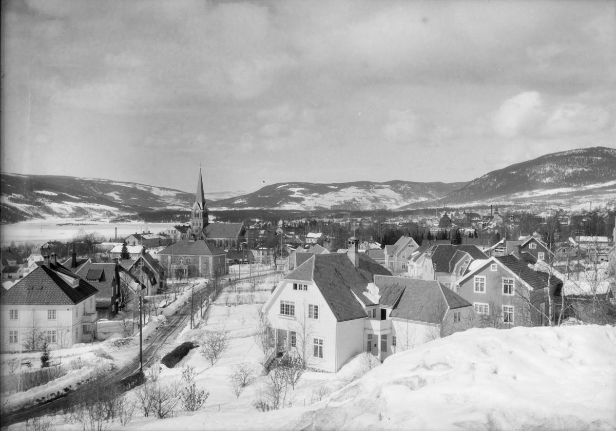 Lillehammer by sett fra Utsiktsbakken. Mot Jørstadhøgda og Gausdal. Balbergkampen til høyre.