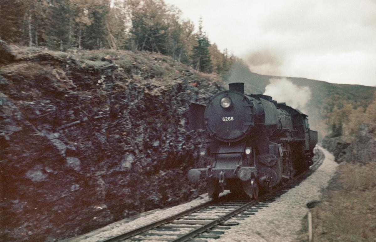 Løslok nær Storlien stasjon på Meråkerbanen. Damplokomotiv type 63a nr. 6266.