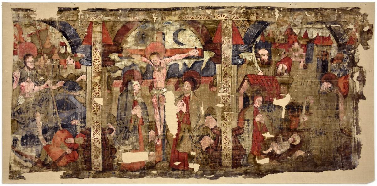 Tre scener ur passionshistorien inramade med arkadbågar och skilda med kolonner. Från höger: Herdanas tillbedjan, Kristus på korset och Uppståndelsen.